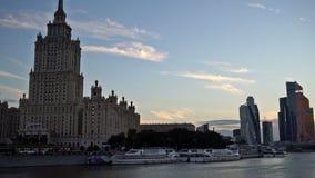 Het Hotel de Oekraïne, de wolkenkrabbers van het Commerciële van Moskou Internationale Centrum en de Moskva-Rivier bij de zonsond stock videobeelden