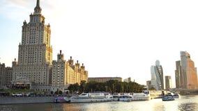 Het Hotel de Oekraïne, de wolkenkrabbers van het Commerciële van Moskou Internationale Centrum en de Moskva-Rivier bij de zonsond stock footage