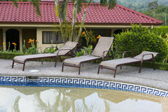 Het Hotel en het Zwembadzitkamergebied van de luxetoevlucht Stock Foto