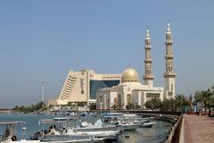 Het hotel en moskee de V.A.E van Sharjah Stock Afbeeldingen