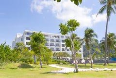 Het hotel van de luxe met oneindigheidspool Royalty-vrije Stock Afbeeldingen