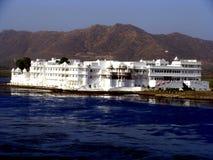 Het Hotel van de oever van het meer Royalty-vrije Stock Fotografie