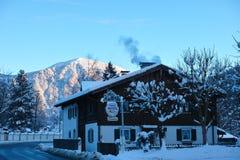 Het hotel van het land in sneeuw alpien landschap Royalty-vrije Stock Fotografie