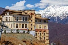 Het Hotel van Solissotchi op een zonnige achtergrond van de berghelling Royalty-vrije Stock Afbeelding