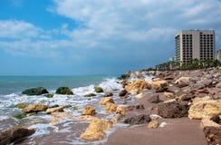 Het hotel wordt binnen gevestigd op de Mediterrane kust Stock Afbeelding