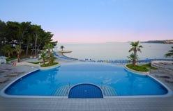 Het hotelpool van de luxe met overweldigende overzeese mening Royalty-vrije Stock Fotografie