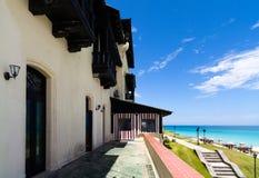 Het Hotelrestaurant van Cuba met groen gebied in Varadero bij het strand Stock Fotografie
