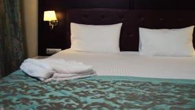 Het hotelruimte van Santo Domingo scène Mooie hotelruimte met een tweepersoonsbed stock videobeelden