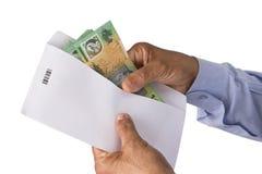 Het houden van Australisch dollarsgeld in envelop Royalty-vrije Stock Foto's