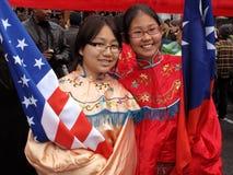 Het houden van de Amerikaanse en Chinese Vlaggen Stock Fotografie