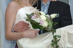 Het houden van de bruid stock afbeeldingen