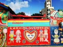 Het houden van de van regenboogkleuren royalty-vrije stock fotografie