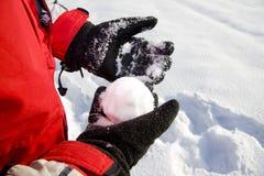 Het houden van de sneeuwbal Royalty-vrije Stock Afbeeldingen