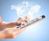 Het houden van de tablet van het aanrakingsscherm Stock Afbeeldingen