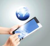 Het houden van de tablet van het aanrakingsscherm Royalty-vrije Stock Afbeeldingen