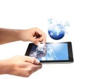 Het houden van de tablet van het aanrakingsscherm en toont tablet Stock Foto