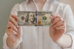 Het houden van 100 dollars royalty-vrije stock foto