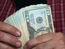 Het houden van Duizend Dollars (met het knippen van weg) Royalty-vrije Stock Afbeeldingen
