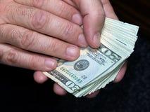 Het houden van Duizend Dollars (met het knippen van weg) Stock Afbeeldingen