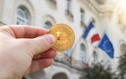 Het houden van een Bitcoin Stock Foto