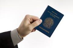 Het houden van een Braziliaans paspoort. Royalty-vrije Stock Afbeelding