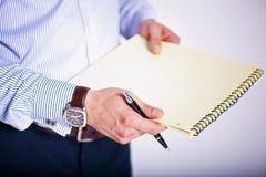 Het houden van een document en een pen Stock Fotografie