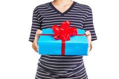 het houden van een giftdoos in een gebaar van het geven Royalty-vrije Stock Afbeeldingen