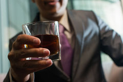 Het houden van een glas wisky Stock Foto's