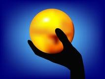 Het houden van een gouden bal Stock Foto