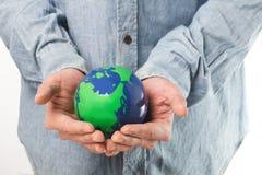 het houden van een groene aarde Royalty-vrije Stock Afbeelding