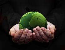 Het houden van een groene aarde Royalty-vrije Stock Foto's