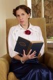 Het houden van een heilig boek Stock Fotografie