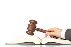 Het houden van een houten hamer over het wetsboek royalty-vrije stock foto's