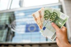 Het houden van Euro Bankbiljetten Stock Afbeelding