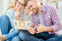 Het houden van Familie het Stellen op Vadersdag royalty-vrije stock fotografie