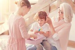 Het houden van grootmoeder het spelen met kinderen thuis stock fotografie