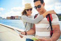 Het houden van het jonge paar backpacking op wittebroodsweken Royalty-vrije Stock Afbeeldingen