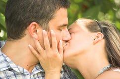 Het houden van kus stock foto's