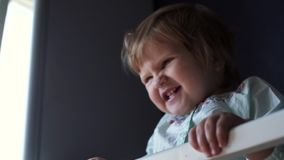 Het houden van mammaspelen met haar weinig leuke dichte omhooggaand van de babydochter in langzame motie stock footage
