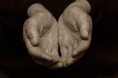 Het houden van oude handen Stock Afbeeldingen