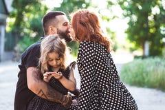 Het houden van oudersgang met hun kleine dochter stock foto