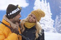 Het houden van paar glimlachen gelukkig bij wintertijd Royalty-vrije Stock Afbeelding