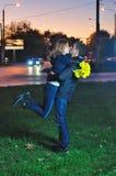 Het houden van paar het kussen in de avond Stock Afbeelding