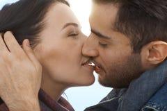 Het houden van paar het kussen met hartstocht Royalty-vrije Stock Foto