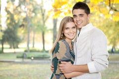 Het houden van paar het omhelzen Stock Foto