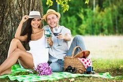 Het houden van paar het ontspannen in aard Royalty-vrije Stock Foto's