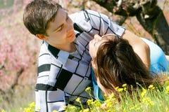 Het houden van paar in openlucht portret Stock Foto's