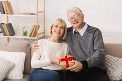 Het houden van van Rijp Paar die met Giftdoos Camera bekijken stock fotografie