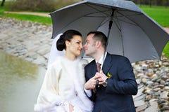 Het houden van starende blik van bruid en bruidegom Stock Foto