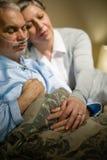 Het houden van van bejaarde paarslaap in bed Royalty-vrije Stock Foto's